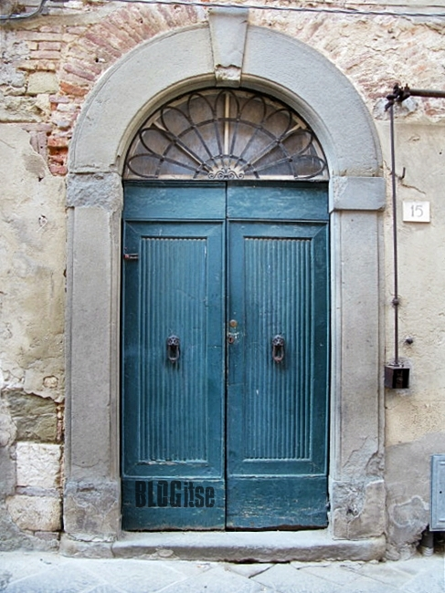 a door in Lucignano, Italy by BLOGitse